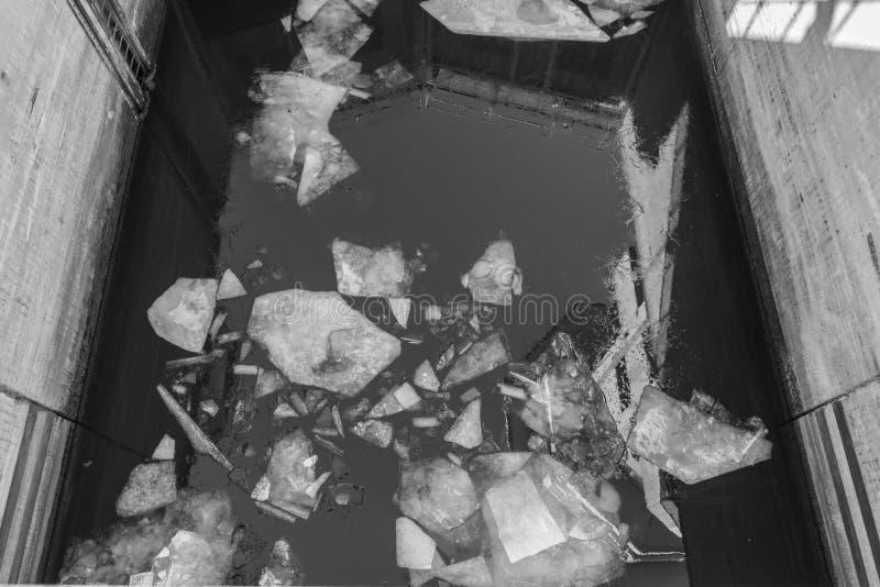 Hojas quebradas del hielo en el canal del agua imagen de archivo libre de regalías