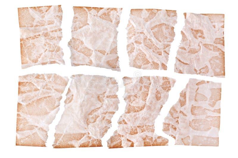 Hojas rasgadas del documento envejecido marrón sobre el cierre blanco del fondo para arriba, fragmentos desiguales del viejo dise imagen de archivo