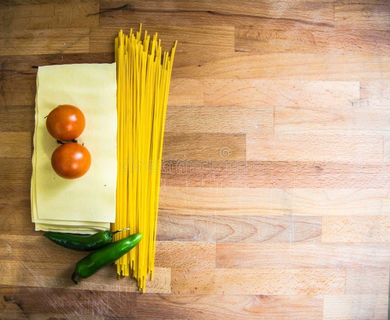 Hojas, tomates y salchichones de las lasañas de las pastas imagenes de archivo