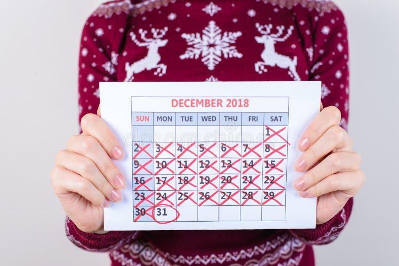 Hoje é ano novo! Colhido perto acima da foto do calendário que guarda dentro fotografia de stock royalty free