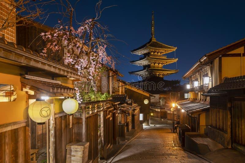 Hokanji tempel på den blåa timmen, Gion District, Kyoto, Japan royaltyfri bild
