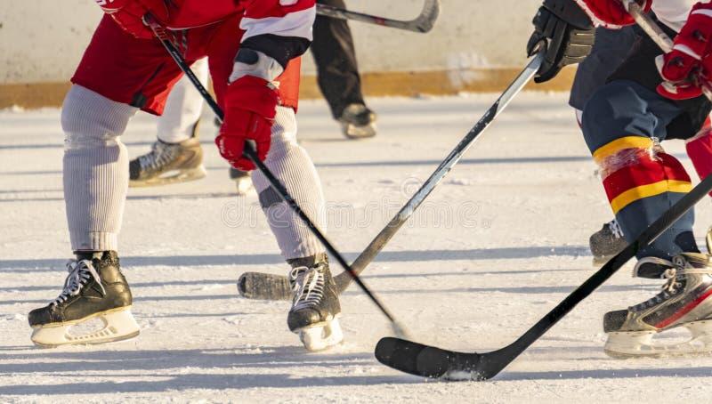 Hokeja na lodzie dopasowanie, gracze oba drużyny współzawodniczy na mistrzostwie f fotografia stock