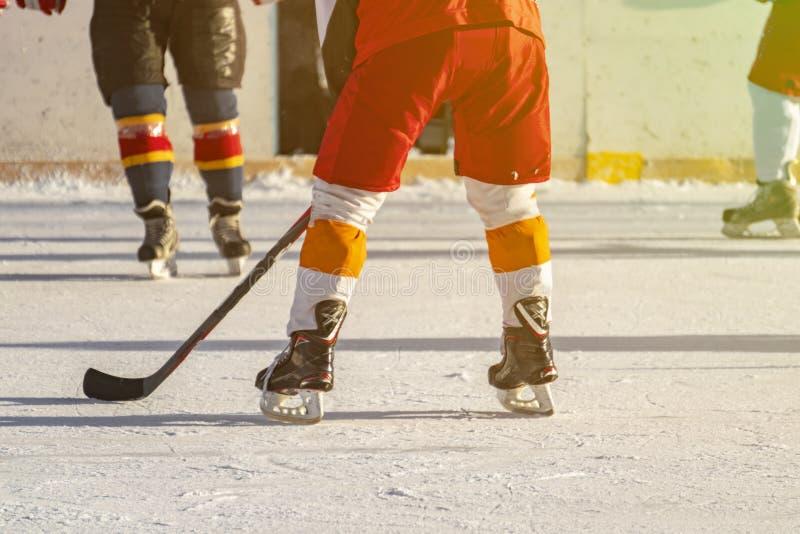 Hokeja na lodzie dopasowanie, gracze oba drużyny współzawodniczy na mistrzostwie f zdjęcia royalty free