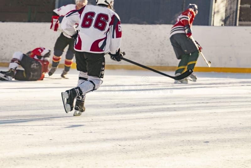 Hokeja na lodzie dopasowanie, gracze oba drużyny współzawodniczy na mistrzostwie f obrazy royalty free