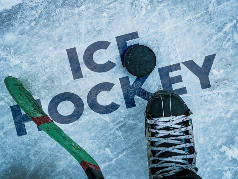 Hokejowy krążek hokojowy i kij na lodowej tekstury, copyspace i teksta b, obrazy stock