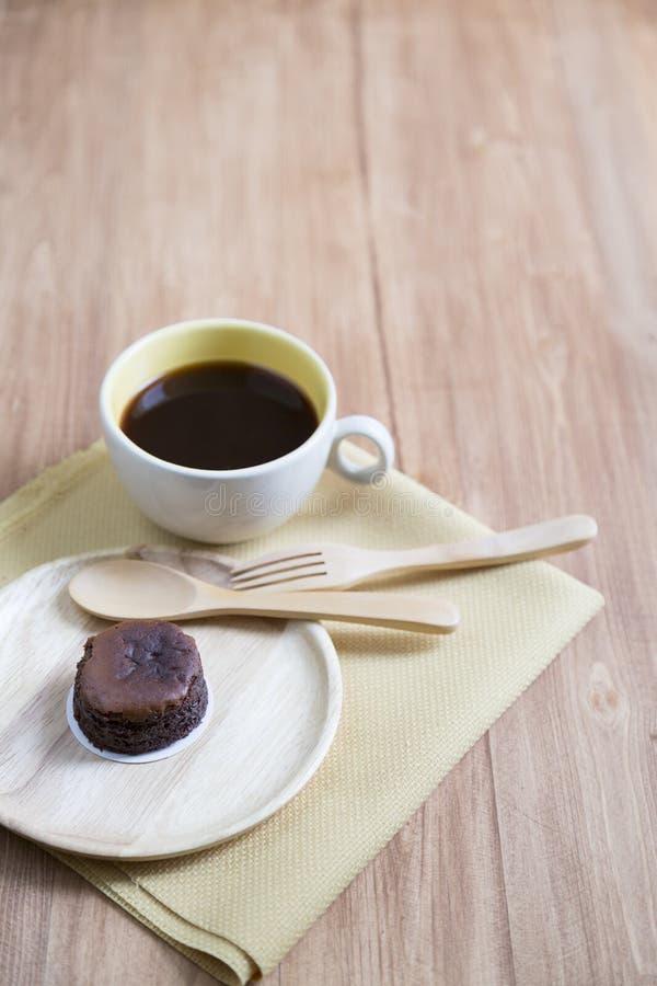 Hokkaido chokladostkaka med kaffekoppen arkivfoto