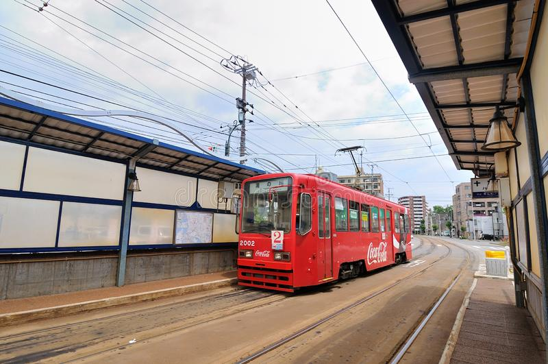 Hokkaido, Japão - 16 de julho de 2018: Bonde antigo vermelho de Coca-Cola, a maioria de teleférico da atração que chega em uma es foto de stock royalty free