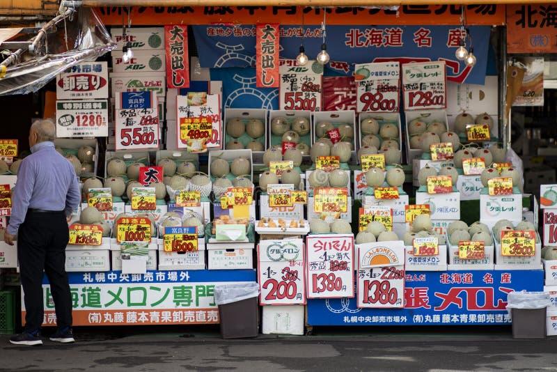 Hokkaido Japan - october8,2018: słodki hokkaido kantalupa sprzedawanie obok drogi w Sapporo społeczności miejskiej fotografia stock
