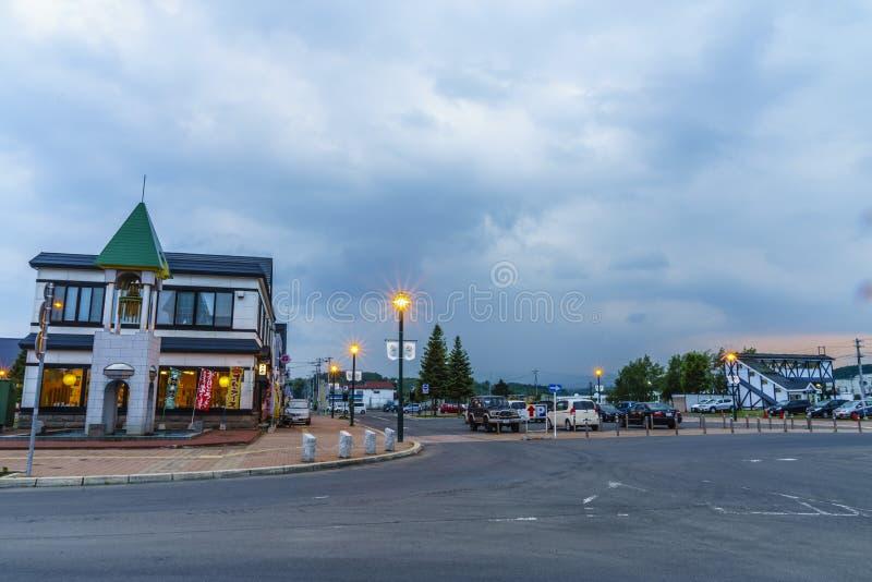 Hokkaido-Kleinstadt an der Dämmerung stockbild