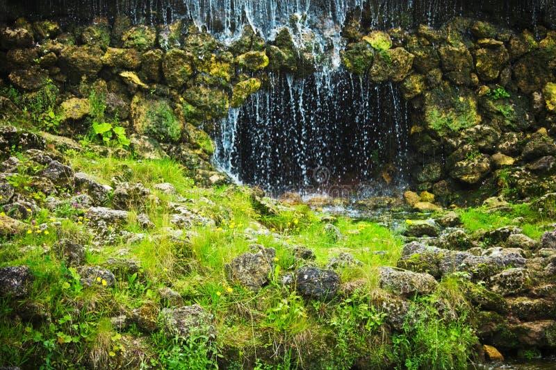 hol en waterval - schoonheid in aard, landschappen en milieuconcept stock foto's