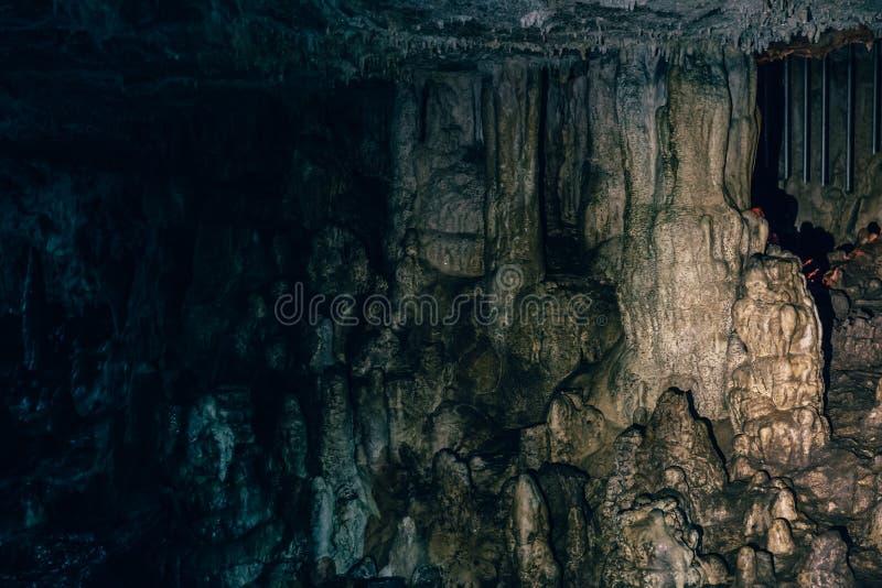 Hol met speleothem, stalactieten, stalagmieten en stalagnates in Adygeya royalty-vrije stock foto
