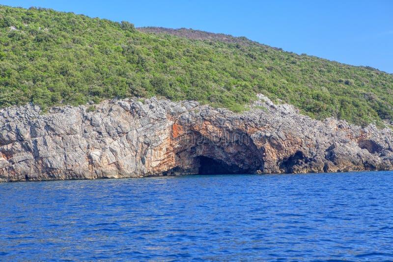 Hol in rotsachtige kust royalty-vrije stock afbeelding