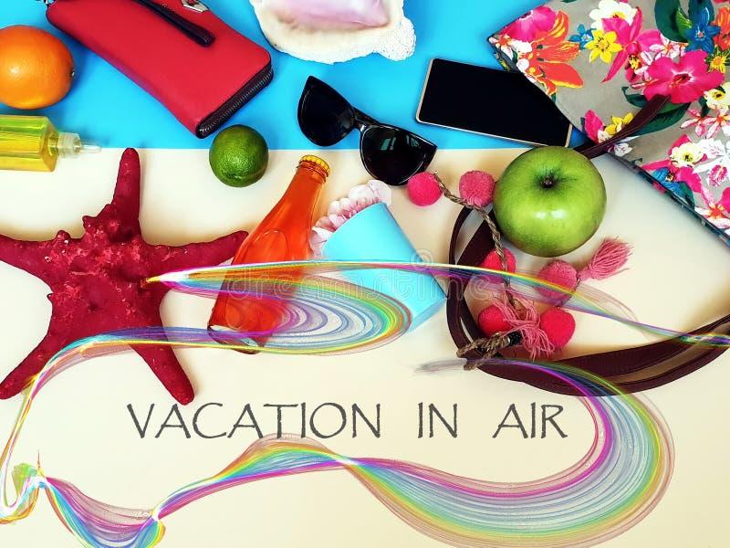 Hola el verano cita las flores azules de la ropa de las mujeres que los accesorios varan el leisuare de las vacaciones de verano  imagen de archivo libre de regalías
