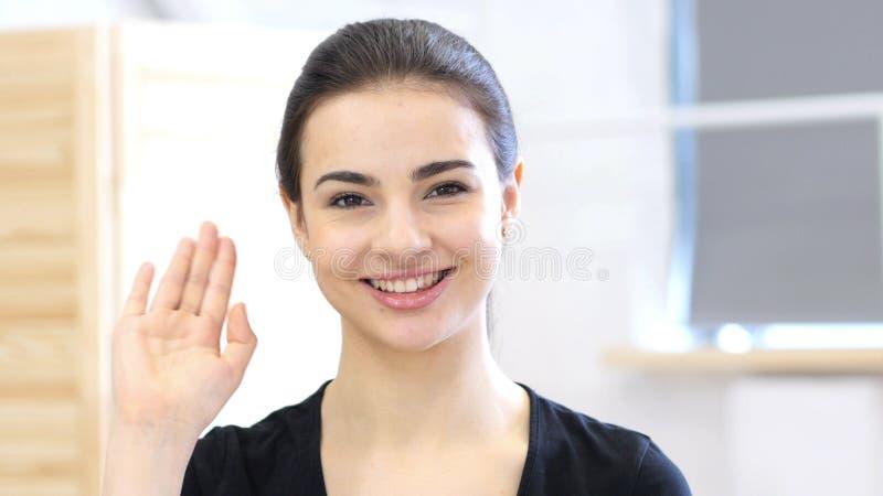 Hola, mano que agita de la mujer, retrato en oficina imagenes de archivo