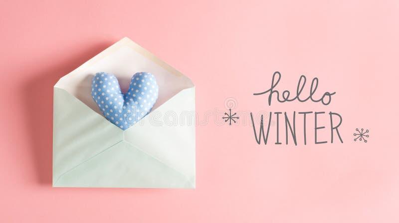 Hola mensaje del invierno con un amortiguador azul del corazón imagenes de archivo