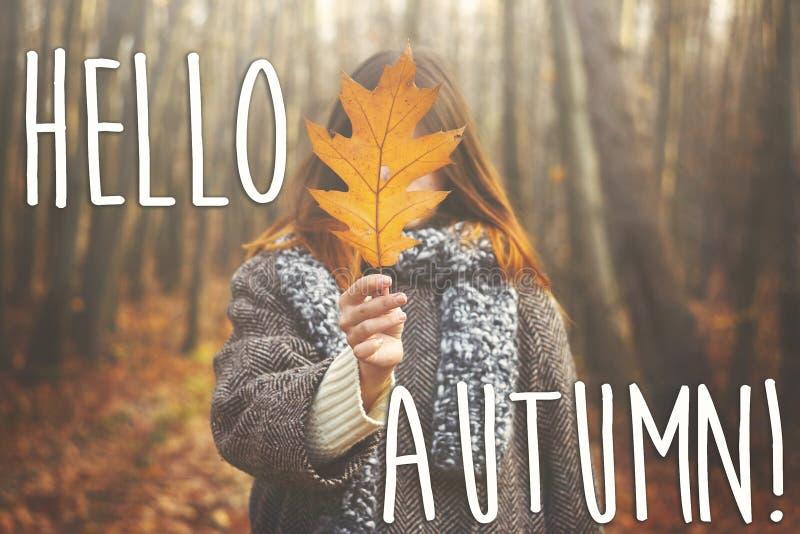 Hola muestra del texto de la caída del otoño en muchacha feliz elegante del inconformista en el coa fotografía de archivo