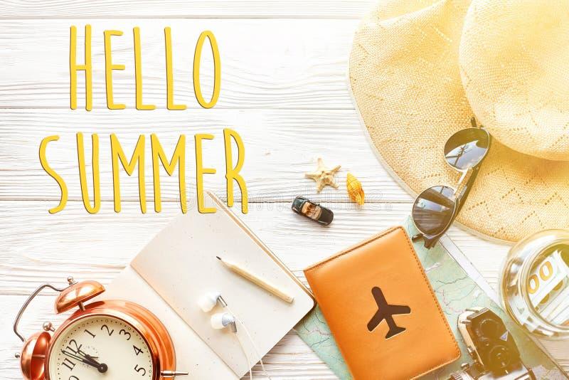 Hola texto del verano, hora de viajar concepto, espacio para el texto mapa c imágenes de archivo libres de regalías