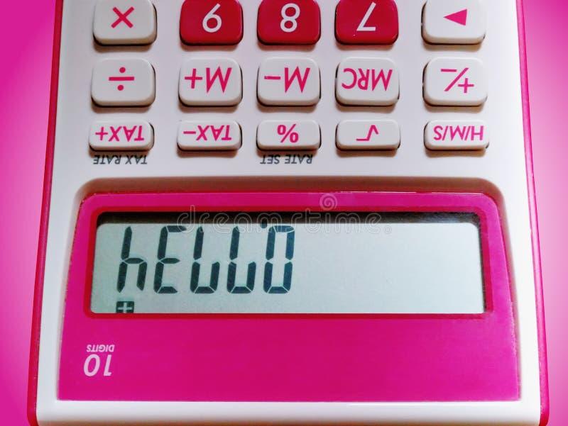 Hola texto en la exhibici?n del LCD de la visi?n rosada de la calculadora 10-Digit encima del lado abajo imagen de archivo libre de regalías