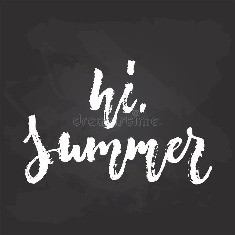Hola, verano - la mano dibujada sazona la frase de las letras del día de fiesta aislada en el fondo negro de la pizarra Tinta del ilustración del vector