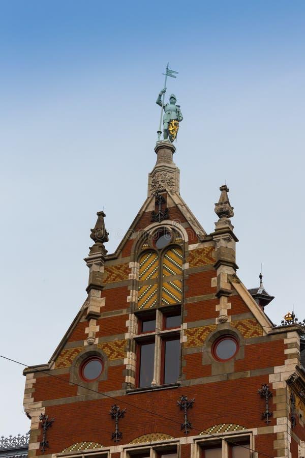Holanda, Amsterdão, vista da fachada central da estação de trem imagem de stock