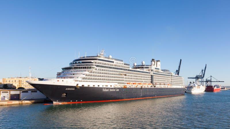 Holandia Ameryka statek wycieczkowy Eurodam Dokujący w Cadiz zdjęcia stock