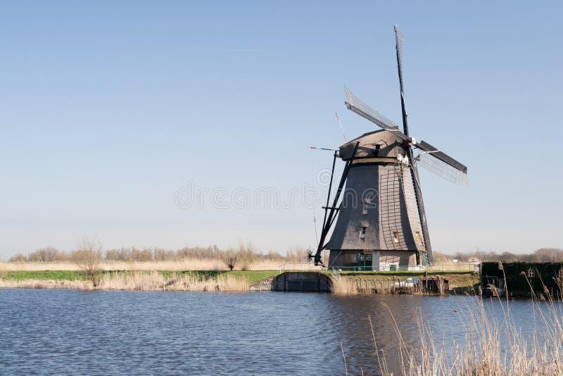 Holandie, holenderski wiatraczka krajobraz przy Kinderdijk blisko Rotterdam, UNESCO światowego dziedzictwa miejsce zdjęcia royalty free