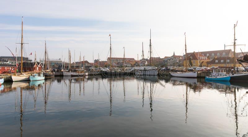 Holbaek, DÄNEMARK - Oktober 2018: Schöne alte Segelboote, die an der Bucht in Holbaek, eine Kleinstadt in Seeland, Dänemark liege stockfotografie