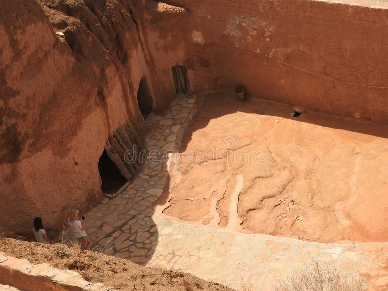 Holbewonerhuizen en ondergrondse holen van Berbers in Sidi Driss, Matmata, Tunesi?, Afrika, op een duidelijke dag royalty-vrije stock afbeeldingen