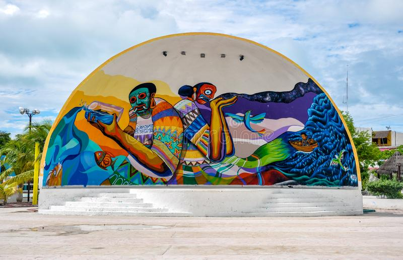HOLBOX,墨西哥- 2018年5月25日:五颜六色的被绘的剧院在街市Holbox大广场  免版税库存图片