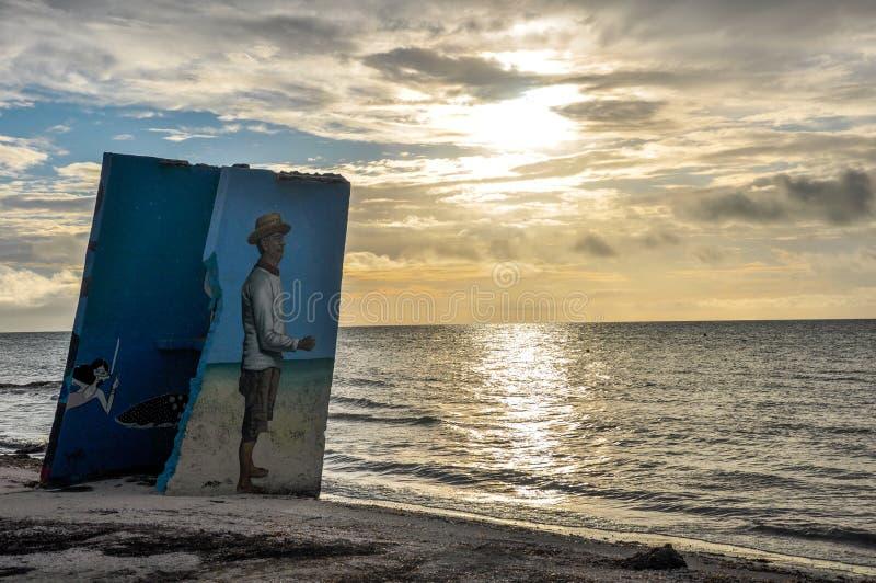 HOLBOX MEXICO - MAJ 25, 2018: Sätta på land konstverk längs kusten av den lilla fiskestaden Isla Holbox royaltyfri bild