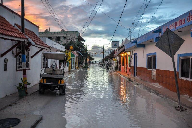 HOLBOX, MEXICO - MEI 25, 2018: Overstroomde zandwegen in het belangrijkste vierkant van Isla Holbox met toeristen en Caraïbische  stock foto's