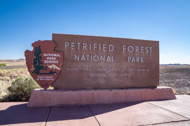 HOLBROOK, ARIZONA: Teken voor Van angst verstijfd Forest National Park stock foto