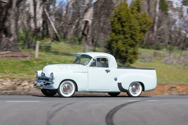 1956 Holden FJ Oszczędnościowy jeżdżenie na wiejskiej drodze fotografia stock