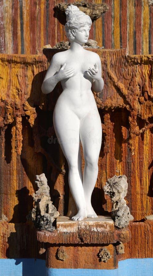Holdig de la mujer su escultura de los pechos foto de archivo libre de regalías