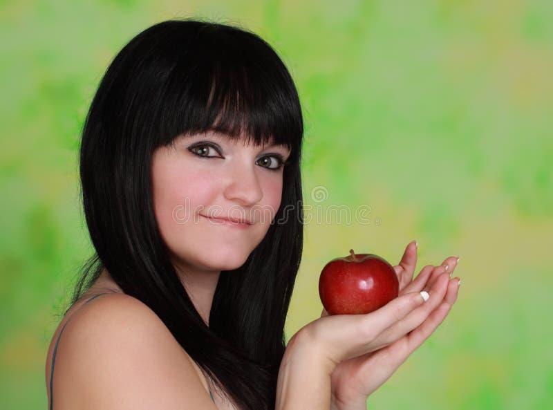 Holdign della ragazza una mela immagini stock libere da diritti