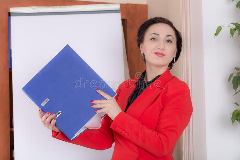 Holdind de femme d'affaires le dossier photos libres de droits