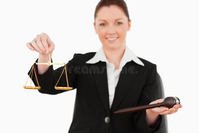 Holdind de jeune femme les symboles de justice photo libre de droits
