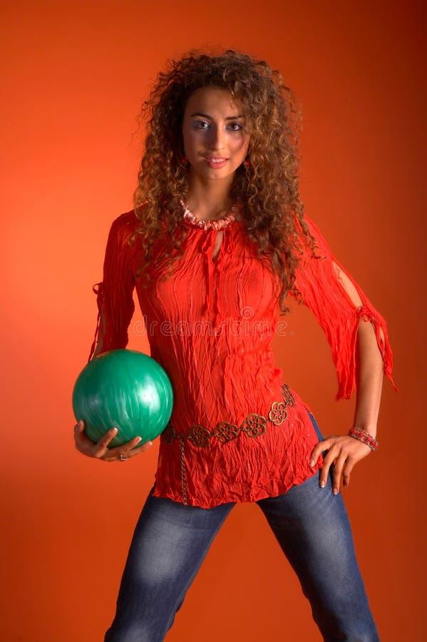 Holding-Bowlingspielkugel der jungen Frau stockbilder