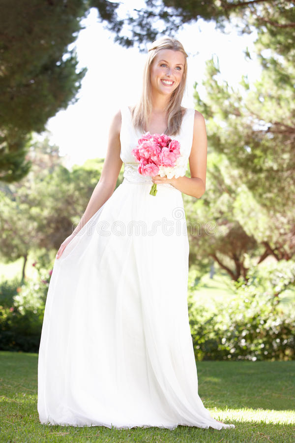 Holding da portare Bouqet del vestito dalla sposa alla cerimonia nuziale immagine stock libera da diritti