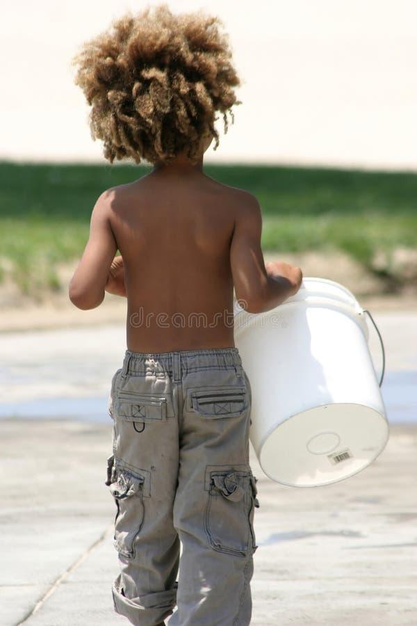 Holding del ragazzino con la benna fotografie stock libere da diritti