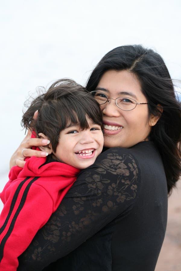 Holding della madre il suo piccolo bambino fotografia stock