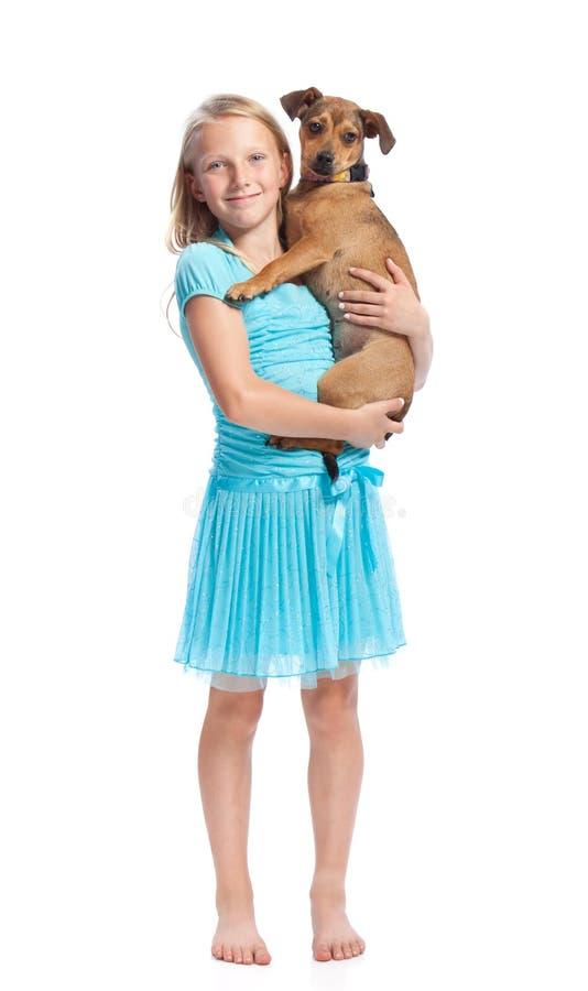 Holding della ragazza il suo cane fotografia stock