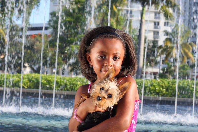 Holding della ragazza il suo cane immagine stock libera da diritti