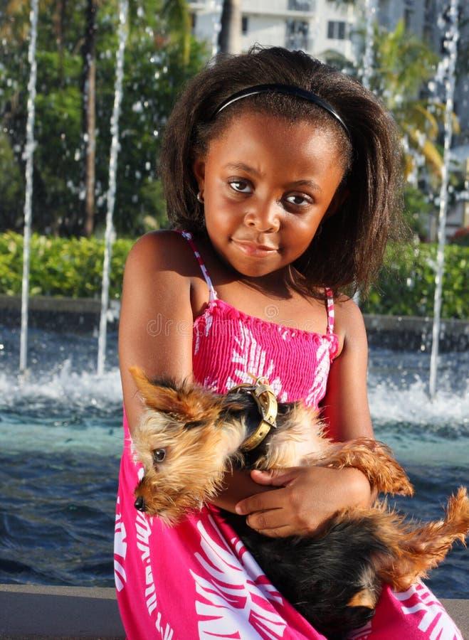 Holding della ragazza il suo cane fotografia stock libera da diritti