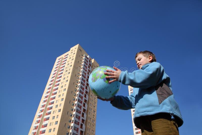 holding för jordklot för ballongpojkedatalista little arkivbild