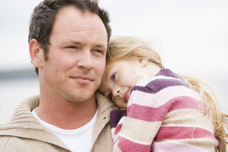 holding för stranddotterfader arkivfoton