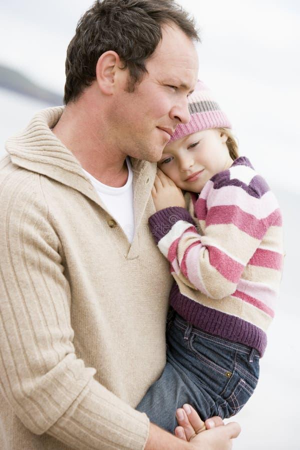 holding för stranddotterfader royaltyfri fotografi