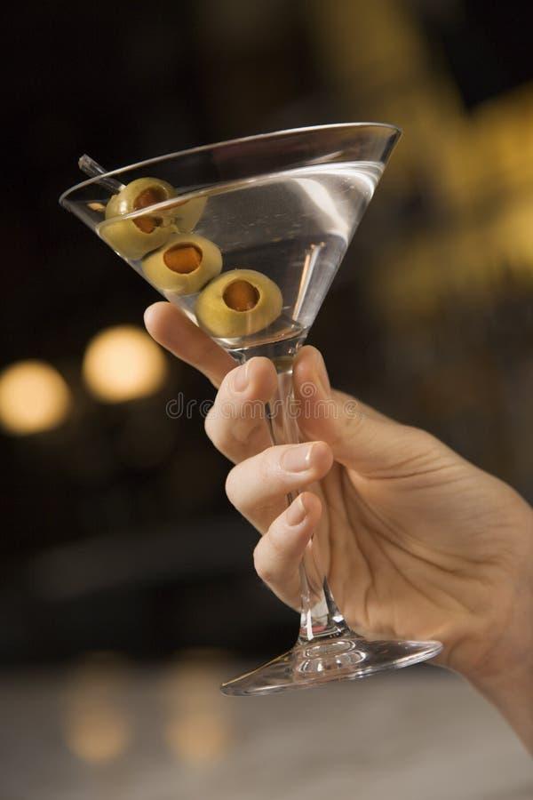 Holding femminile martini della mano. fotografia stock libera da diritti