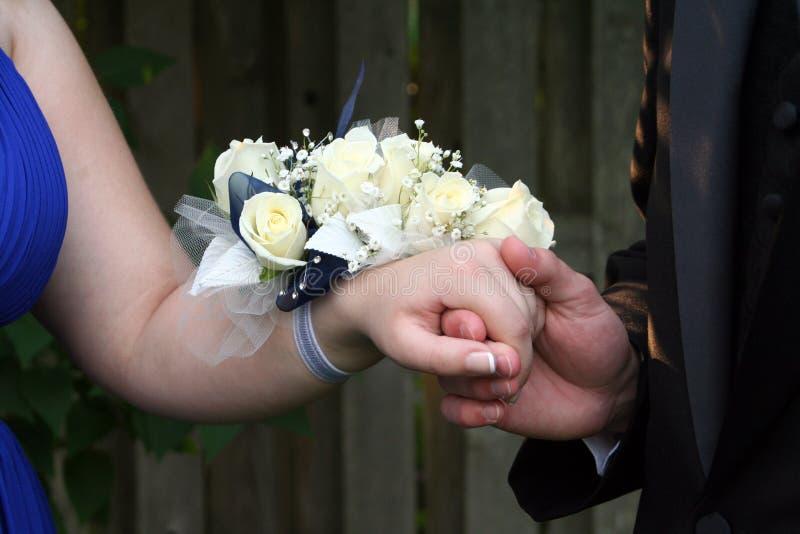 Holding-Hand mit HandgelenkCorsage stockbilder