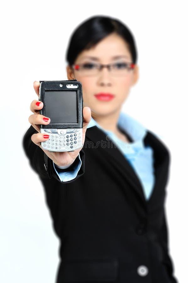 Holding Handphone (fuoco della donna sullo schermo) immagini stock libere da diritti